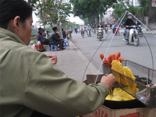 Những món ăn vặt nóng hổi 10.000 đồng ở Hà Nội 8