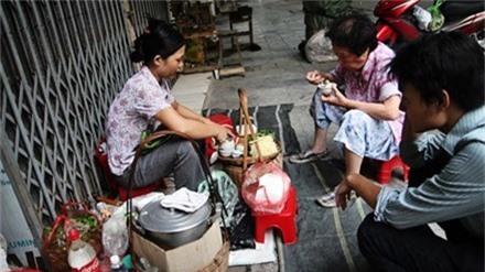 Từng nhiều lần vào top những món ăn khó nuốt nhất thế giới, nhưng trứng vịt lộn khá phổ biến ở vùng đất Hà Thành. Người dân ở đây có thể dùng bữa sáng bằng 1-2 quả trứng vịt lộn.